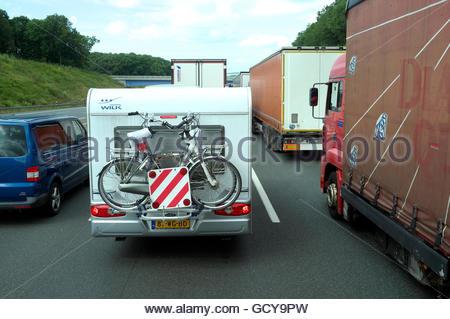 Eine niederländische Urlaub Wohnmobil stecken im Stau auf der Autobahn A3 in Deutschland. - Stockfoto