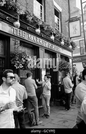 Menschen trinken außerhalb der Markt Porter Pub in Borough Market London UK - Stockfoto