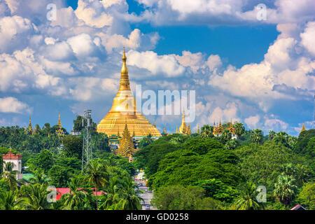 Yangon, Myanmar Skyline der Stadt mit Shwedagon-Pagode. - Stockfoto