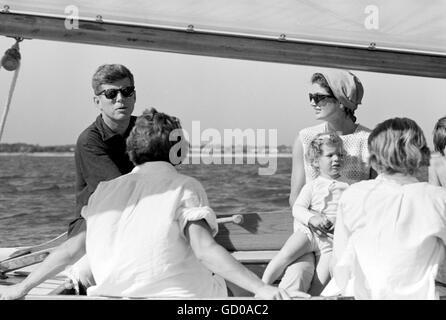 Kennedy und Jacqueline, Bootsfahrten mit Familie in Hyannis Port, August 1959. - Stockfoto