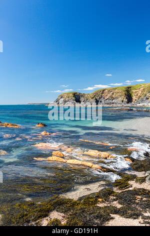 Eine Flut stürzt über Meer geglättet Felsen am Yarmer Strand, Thurlestone, Devon, England, UK - Stockfoto