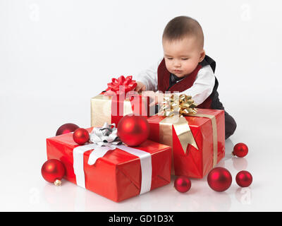 Sechs Monate altes Baby junge Eröffnung Weihnachtsgeschenke - Stockfoto
