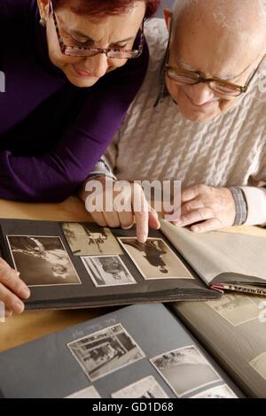 Greis, Senior 92 Jahre und Tochter, Blick auf ein Familienalbum - Stockfoto