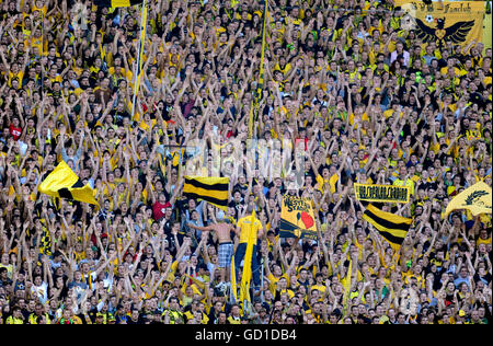 BVB-Fans in der Südkurve, Bundesliga-Fußball-Liga, Saison 2010 / 2011, Borussia Dortmund - Bayern München 2:0 - Stockfoto