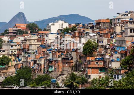Die Aussicht von Santa Teresa mit Blick auf Zuckerhut mit einer Favela im Vordergrund; Rio De Janeiro, Brasilien - Stockfoto