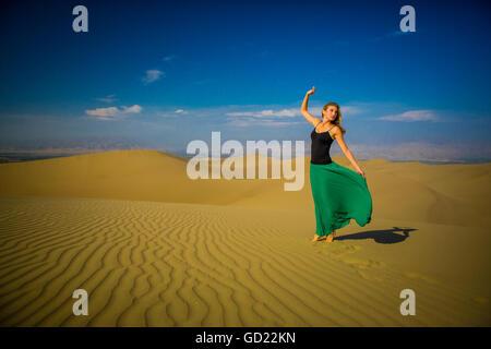 Frau stehend auf Sanddüne, Huacachina Oase, Peru, Südamerika - Stockfoto