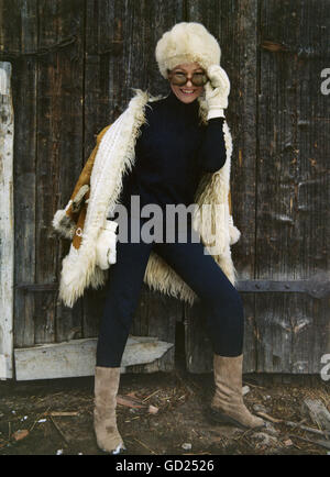 Mode, Damenmode, Frau mit Pelzumhang, 1969, Additional-Rights-Clearences-not available - Stockfoto