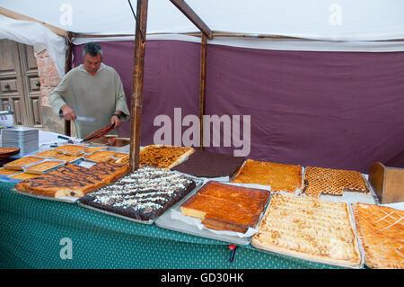 Mann im Kuchen Stall, mittelalterliche Flohmarkt. Mittelalterlichen Tagen Sigüenza, Guadalajara Provinz Kastilien - Stockfoto