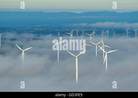Luftaufnahme, Windkraftanlagen in eine Decke von Wolken, blauer Himmel, Luftaufnahme von Mars, Sauerland, Nord Rhein - Stockfoto