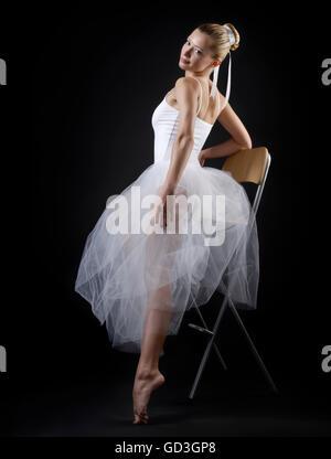 Ballett-Tänzerin in weißen Tutu Kleid Stockfoto