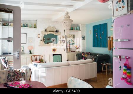 Smeg Kühlschrank Rosa : Helle wohnküche mit kaminsims spiegel und retro stil rosa smeg