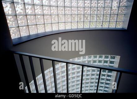 Sonne, durch Block Glas Wand in einem Treppenhaus, American College, Bryn Mawr, Pennsylvania, USA - Stockfoto