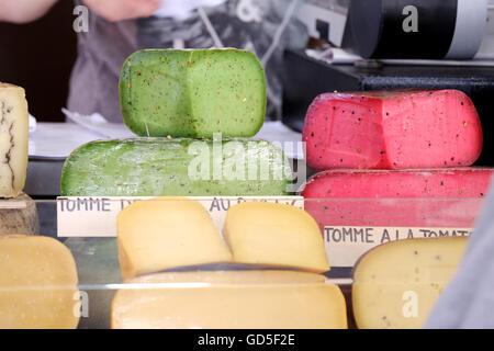 Bunten roten und grünen Frischkäse zum Verkauf auf einem Marktstand - Stockfoto