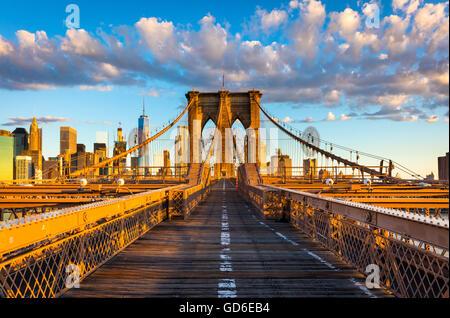 Die Brooklyn Bridge in New York City ist eine der ältesten Hängebrücken in den Vereinigten Staaten - Stockfoto