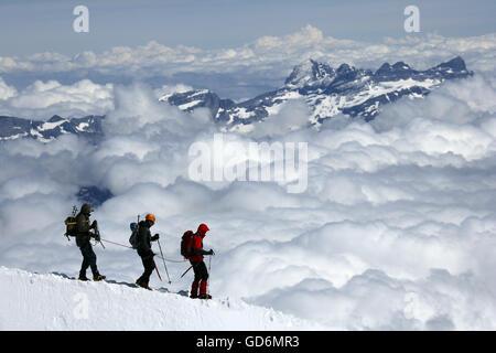 Bergsteiger und Kletterer Wandern auf einem verschneiten Bergrücken, Aiguille du Midi, Mont-Blanc-Massiv, Chamonix, - Stockfoto