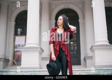 Porträt einer Frau im roten Mantel - Stockfoto