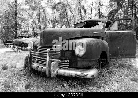 Crawfordville, Florida - USA. Mai 2016 - rostige alte Autos am Straßenrand aufgegeben. - Stockfoto