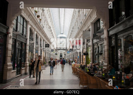 https://l450v.alamy.com/450vde/gd7ecj/caf-in-der-passage-shopping-gallery-den-haag-den-haag-holland-niederlande-gd7ecj.jpg