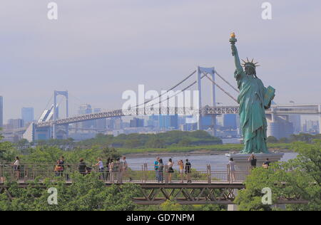Menschen besichtigen Statue of Liberty in Odaiba Tokio Japan. - Stockfoto