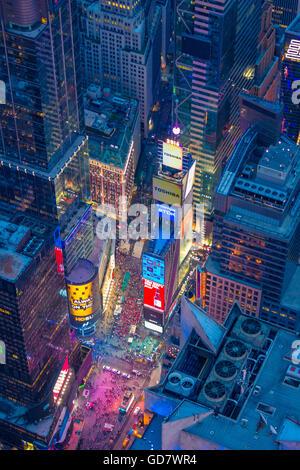Luftaufnahme (Hubschrauber). Times Square ist ein großen kommerziellen Kreuzung und Nachbarschaft in Midtown Manhattan, New York Stockfoto