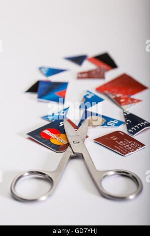 Kreditkarten-Dept Konzept Bild eines Schnitts, Kreditkarte und eine Schere - Stockfoto