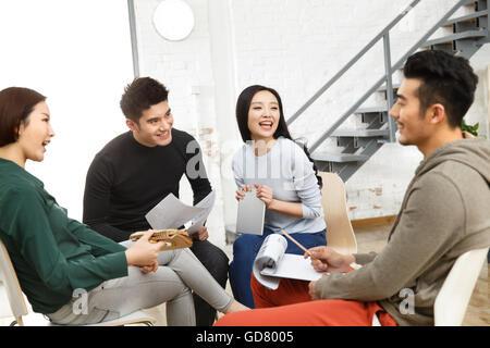 Business-Männer und Frauen arbeiten im studio - Stockfoto