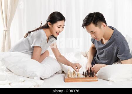 Das junge Paar spielen Schach - Stockfoto