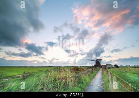 Radweg zum holländischen Windmühle am Morgen, Niederlande - Stockfoto