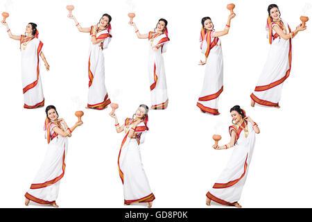 1 indische Bengali Erwachsene Frau Durga Puja Multiple Persönlichkeit Chilam tanzen - Stockfoto