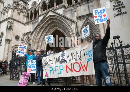 London, UK. 13. Juli 2016. Demonstranten versammeln sich vor den Royal Courts of Justice, während die National AIDS - Stockfoto