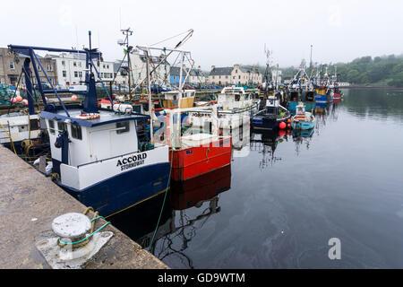 Schottischen Fischerboote vertäut im Hafen von Stornoway auf der Isle of Lewis auf den äußeren Hebriden. - Stockfoto