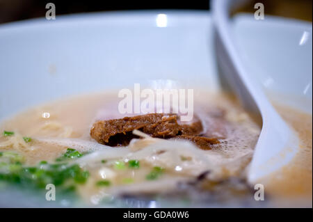 Original japanische Rindfleisch-Ramen-Nudeln Suppe closeup - Stockfoto