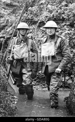 ERSTEN Weltkrieg britische Soldaten im Wasser-protokolliert Graben - Stockfoto
