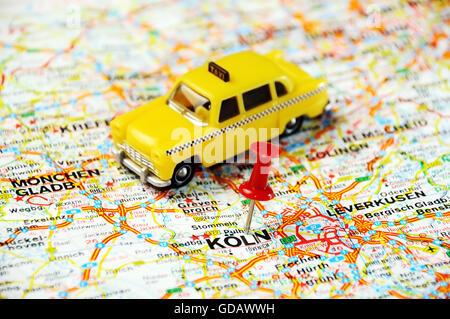 Rote Stecknadel zeigt auf Coln, Deutschland-Karte und ein taxi - Stockfoto