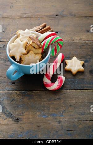 Weihnachtsplätzchen und Candy in blau-Pokal Essen Urlaub - Stockfoto