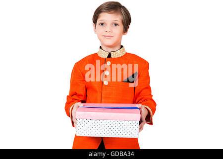 1 Kind Indianerjunge Diwali Festival box Geschenk anzeigen - Stockfoto