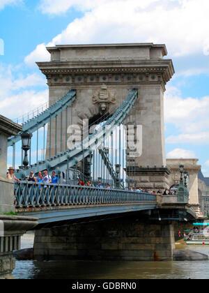 Kettenbrücke über die Donau, Budapest, Ungarn / Szechenyi Lánchíd - Stockfoto