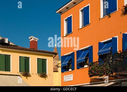 Bunt bemalten Hausfassaden, Altstadt von Caorle, Veneto, Italien, Europa - Stockfoto