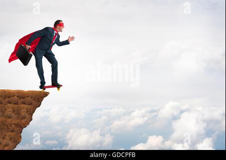 Unternehmen Mut Mut Konzept Superhelden Geschäftsmann Sprung von einer Klippe auf einem skateboard - Stockfoto