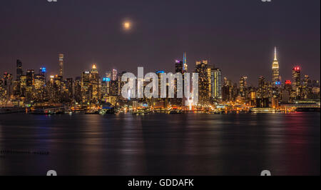 USA, New York, Manhattan, Midtown Skyline aus New Jersey gesehen - Stockfoto