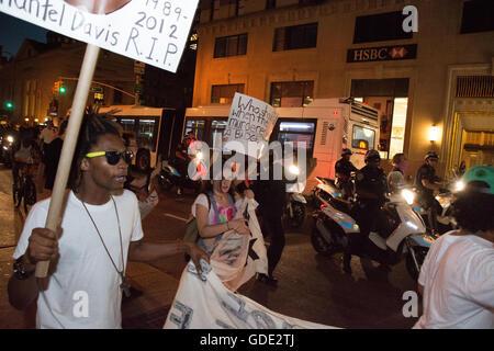 New York, USA. 15. Juli 2016. LGBTQ-Aktivisten und Unterstützer marschierten durch Greenwich Village und Chelsea - Stockfoto