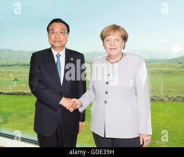 Ulan Bator, Mongolei. 16. Juli 2016. Chinesischer Premier Li Keqiang (L) trifft sich mit Bundeskanzlerin Angela - Stockfoto