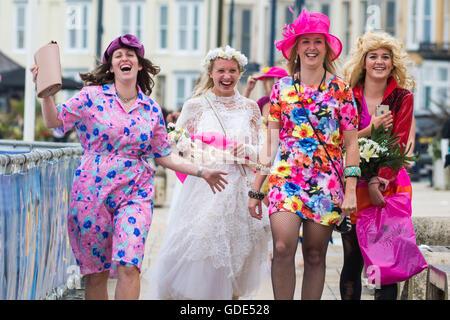 Eine Gruppe von Frauen gekleidet im Kostüm der 1970er Jahre Kleidung ...