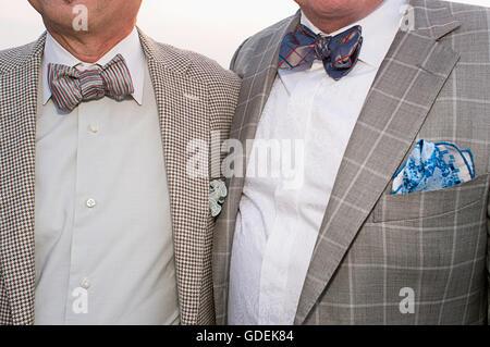 Ein schwules Paar Krawatten tragen. - Stockfoto
