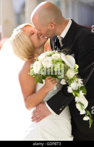 Glückliche Brautpaar, küssen - Stockfoto