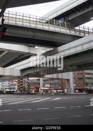 Erhöhten Abschnitte des Hanshin Expressway in der Innenstadt von Osaka. - Stockfoto