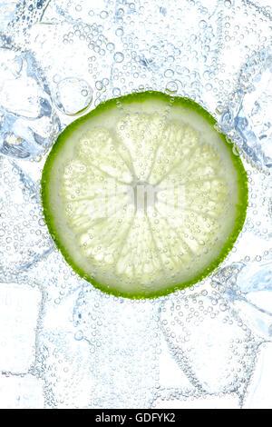 frische Limette Slice und Eiswürfeln in soda - Stockfoto