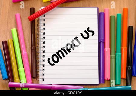 Kontaktieren Sie uns geschrieben am Notebook über hölzerne Hintergrund - Stockfoto