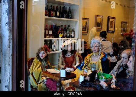 Menschen in venezianischen Masken sittin in einem restaurant - Stockfoto