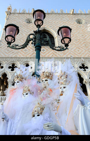 Menschen tragen Masken Volto im Karneval von Venedig. - Stockfoto